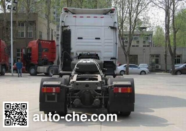 汕德卡牌ZZ4256V323HD1W危险品牵引车